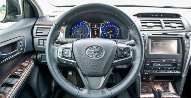 Vô-lăng của Toyota Camry 2.5Q 2015 dạng 3 chấu, bọc da.