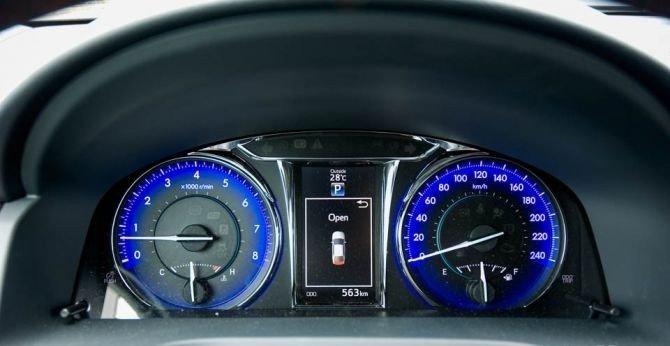 Toyota sử dụng cần xoay cổ điển để điều chỉnh độ sáng của bảng đồng hồ lái Camry 2.5Q 2015.