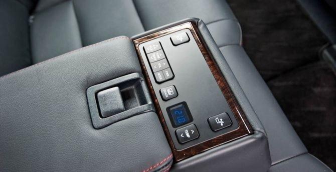 Toyota Camry 2015 có  nút điều chỉnh điều hòa trên bệ tì tay.