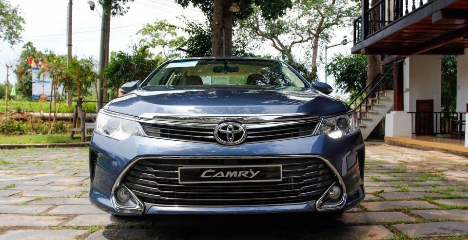 Đầu xe Toyota Camry nổi bật với lưới tản nhiệt mở rộng về phía dưới.