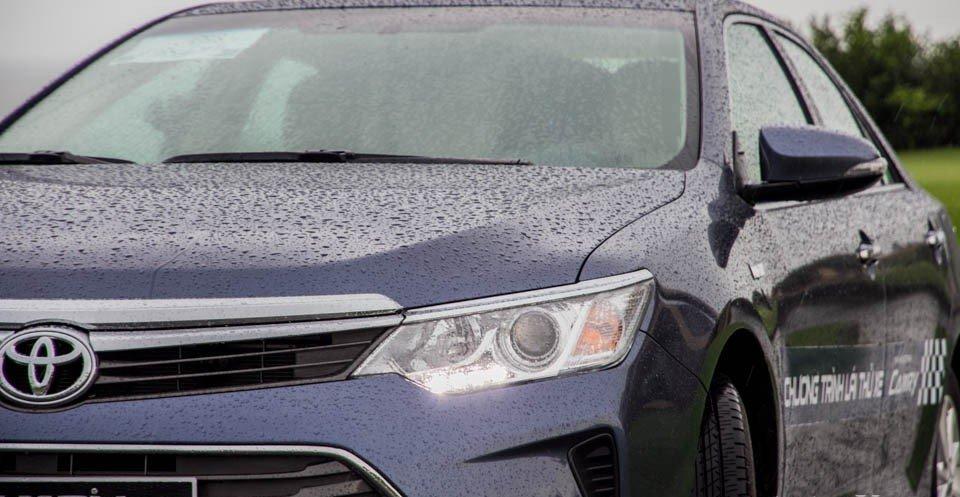 Toyota Camry 2.5Q 2015 được trang bị cụm đèn pha Haloge chiếu xa.