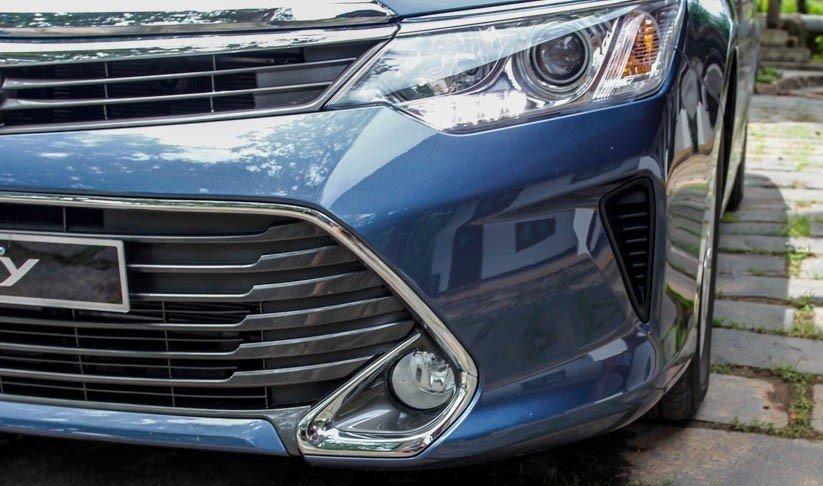 Lưới tản nhiệt của Toyota Camry 2015 được viền crom sáng bóng.