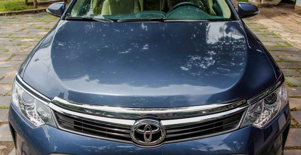 Toyota Camry 2015 sở hữu nắp capo với đường gân dập nổi khỏe mạnh.