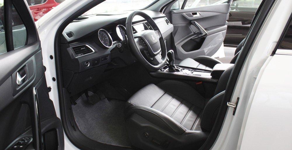 Ghế lái của Peugeot 508 2015 chỉnh điện 8 hướng, có bổ sung hỗ trợ thắt lưng.