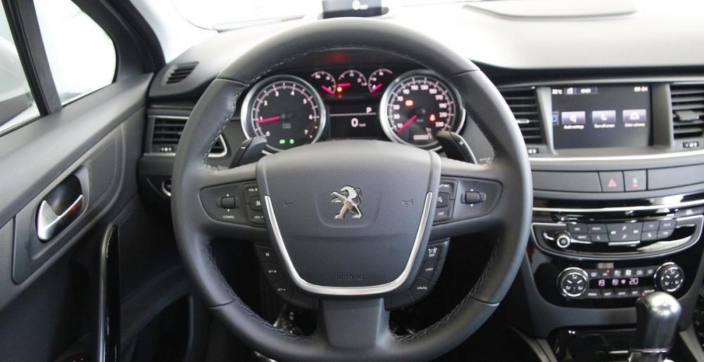 Vô-lăng của Peugeot 508 2015 có nút cài đặt hệ thống điều khiển hành trình.