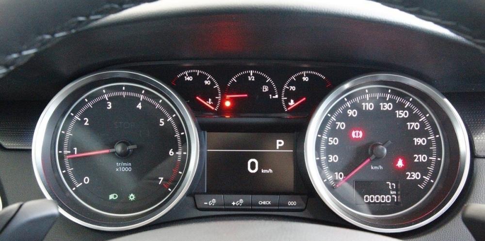 Pegeot 508 2015 có nút điều chỉnh độ sáng cụm đồng hồ lái.