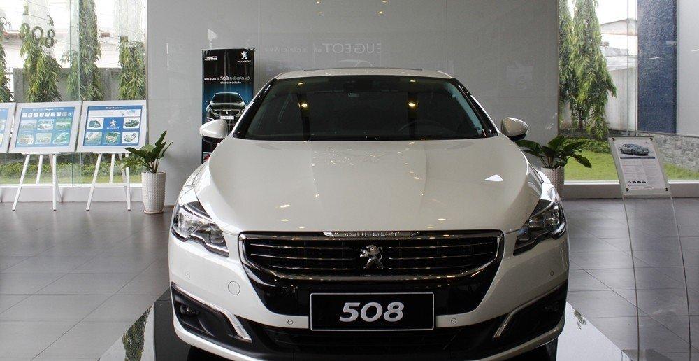 Đầu xe Peugeot 508 2015 được thiết kế khá cân đối.