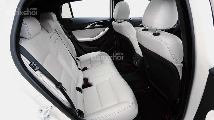 Đánh giá xe Infiniti Q30 2017: Hàng ghế phía sau xe.