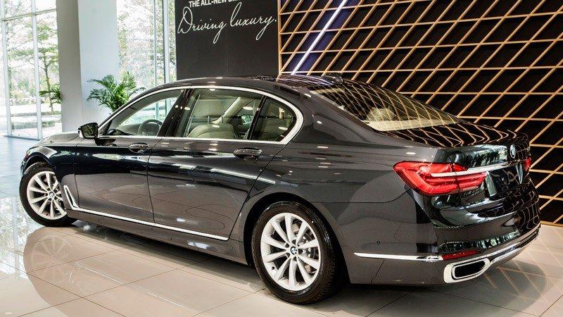 Đánh giá xe BMW 730Li có cặp ống xả bản rộng thể thao.