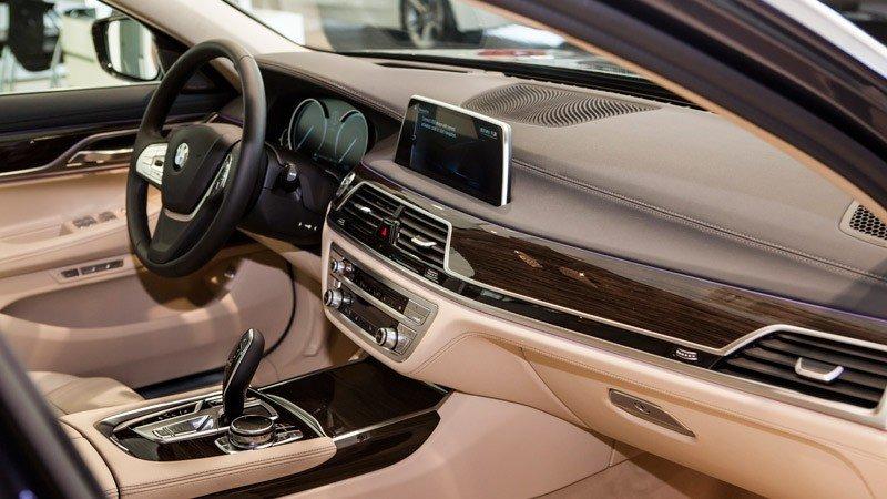 Đánh giá xe BMW 730Li có nội thất kiểu quý tộc.