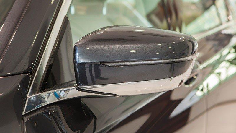 Đánh giá xe BMW 730Li có gương chiếu hậu thông minh.