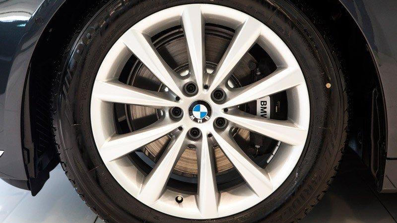 Đánh giá xe BMW 730Li có la zăng V 18 inch.