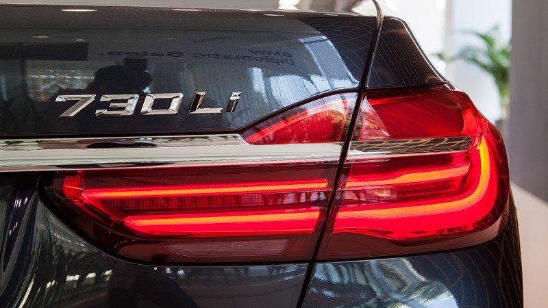 Đánh giá xe BMW 730Li có đèn hậu LED bắt mắt.
