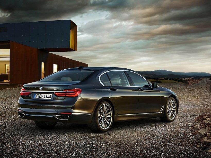 Đánh giá xe BMW 730Li có đuôi xe sang trọng.