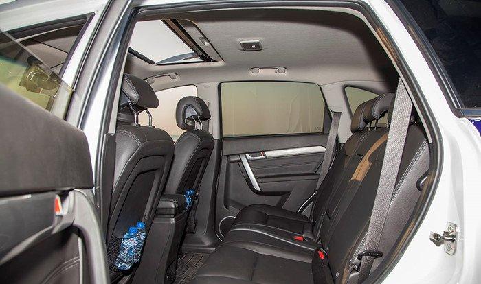 Đánh giá xe Chevrolet Captiva Revv 2016 hàng ghế sau rộng rãi.