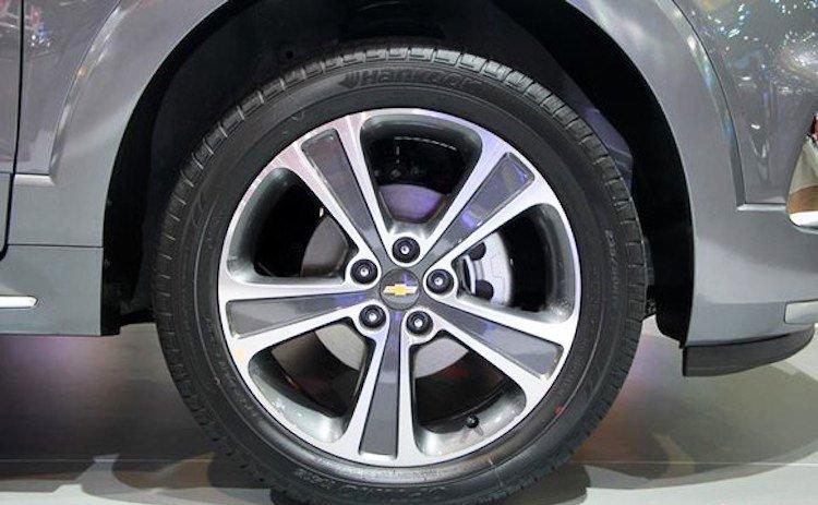 Đánh giá xe Chevrolet Captiva Revv 2016 có la zăng 5 chấu kép.