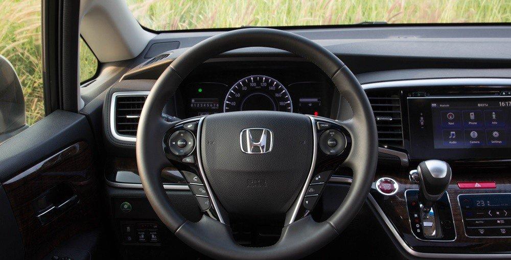 So sánh xe Kia Sedona 2015 và Honda Odyssey 2016 về thiết kế vô-lăng 1