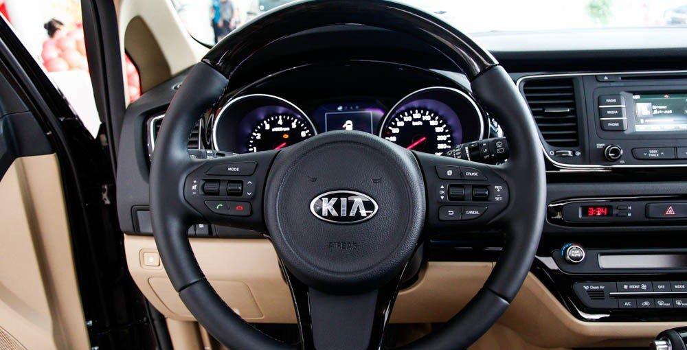 So sánh xe Kia Sedona 2015 và Honda Odyssey 2016 về thiết kế vô-lăng.