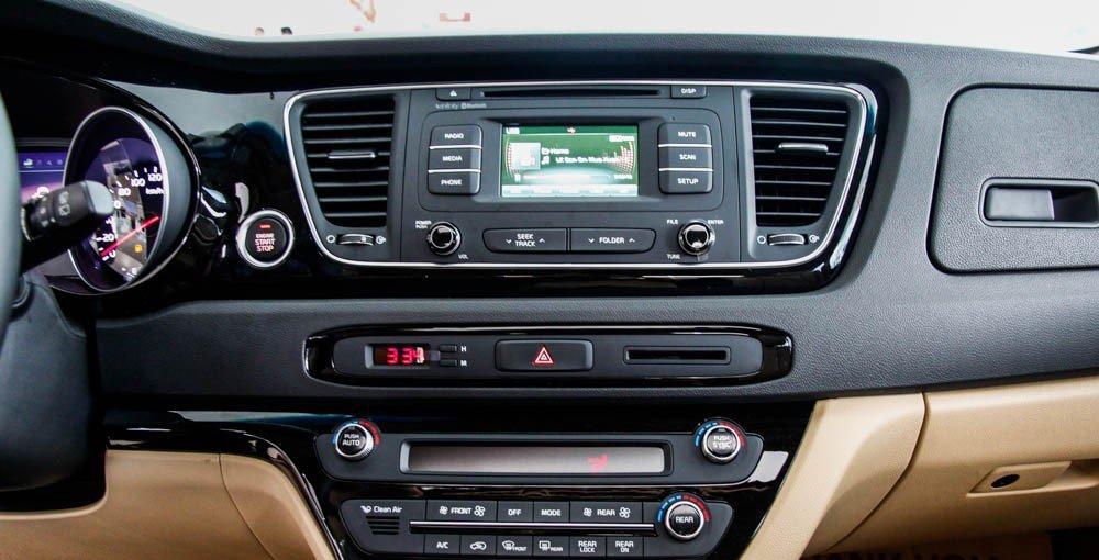 So sánh xe Kia Sedona 2015 và Honda Odyssey 2016 về trang bị tiện nghi.