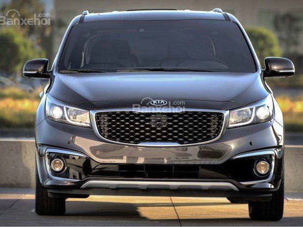 So sánh xe Kia Sedona 2015 và Honda Odyssey 2016 về phần đầu xe.