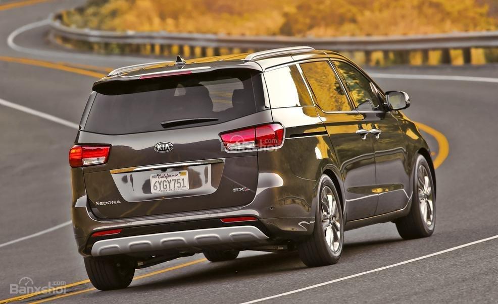 So sánh xe Kia Sedona 2015 và Honda Odyssey 2016 về phần đuôi xe.