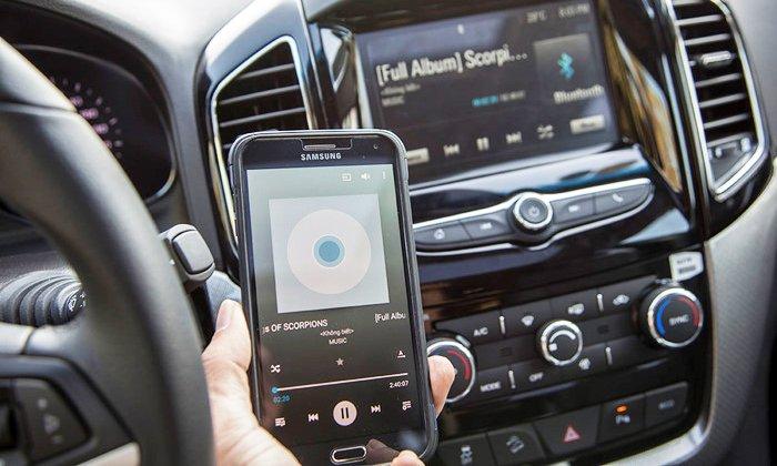 Đánh giá Chevrolet Captiva Revv 2016 có thể kết nối dễ dang với smartphone.