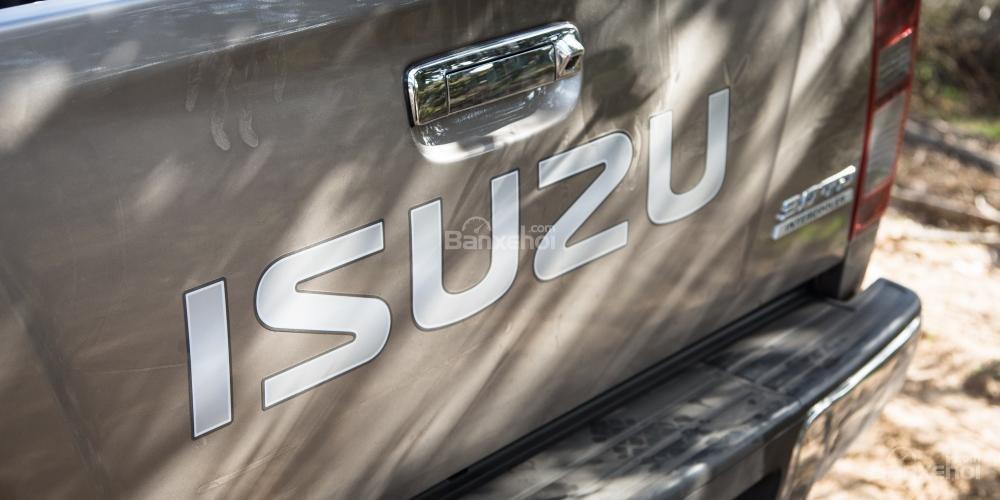 Đánh giá xe Isuzu D-MAX 3.0 có tay nắm mở thùng mạ chrome.