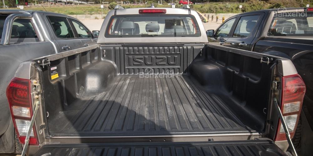 Đánh giá xe Isuzu D-MAX 3.0 có thùng chở hàng khá rộng rãi.