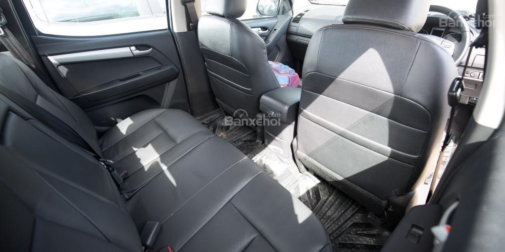 Đánh giá xe Isuzu D-MAX 3.0 có khoảng trống để chân thoải mái.