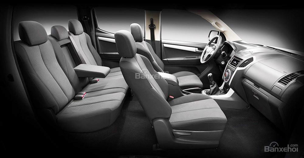 Đánh giá xe Isuzu D-MAX 3.0 có nội thất rộng rãi.