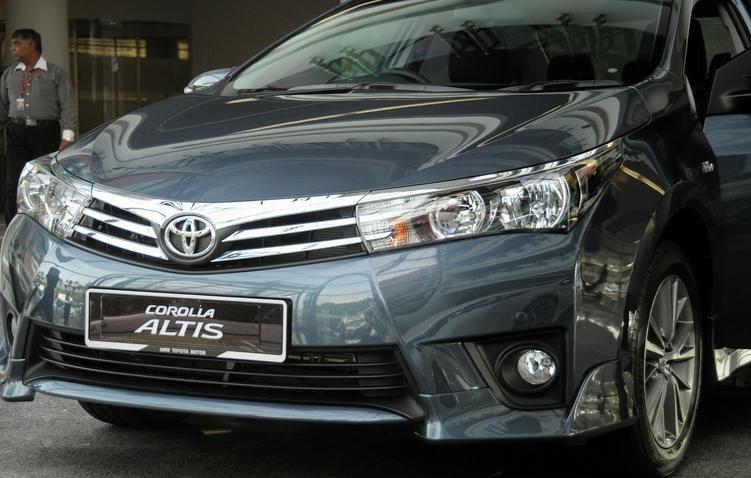 Đánh giá xe Toyota Corolla Altis 2016 khi nhìn ngang khỏe khoắn hơn.