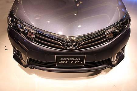 Đánh giá xe Toyota Corolla Altis 2016 có đầu xe lỗi cuốn hơn nhìn từ trên cao.