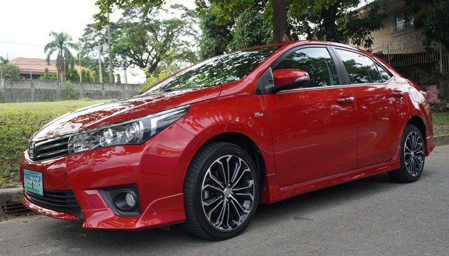 Đánh giá xe Toyota Corolla Altis 2016 có thân khá mềm mại với tay nắm cửa mạ chrome.
