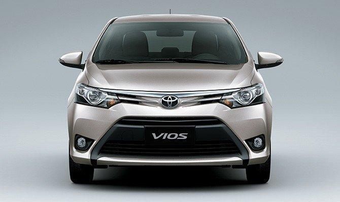 So sánh xe Toyota Vios 2015 và Mazda 2 2015: Đầu xe Vios được thiết kế hiện đại.