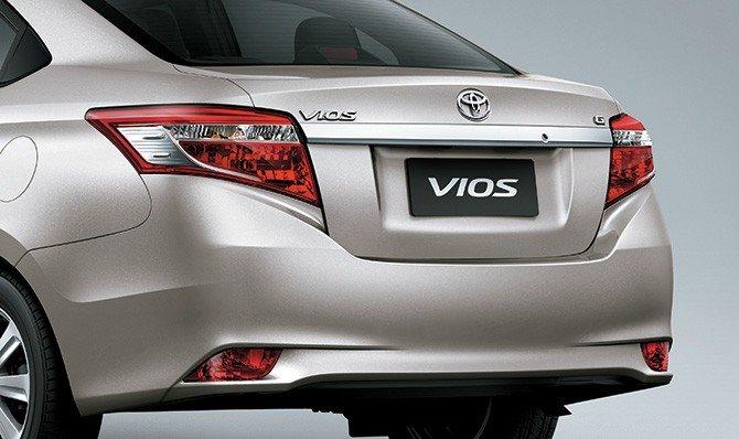 So sánh xe Toyota Vios 2015 và Mazda 2 2015: Đuôi xe Vios rộng và có các đường gân dập nổi.