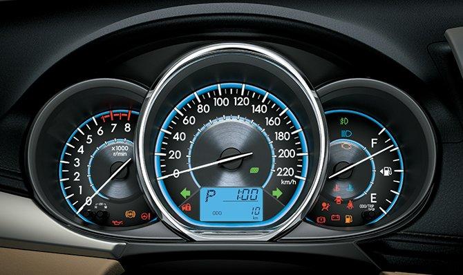 Bảng đồng hồ lái là một trong những điểm mới của Toyota Vios 2015.