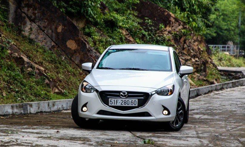 So sánh xe Toyota Vios 2015 và Mazda 2 2015: Đầu xe Mazda 2 được thiết kế đặc trưng.