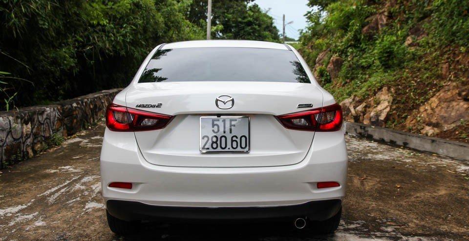 So sánh xe Toyota Vios 2015 và Mazda 2 2015: Thiết kế đuôi xe cao nhưng bầu bĩnh.