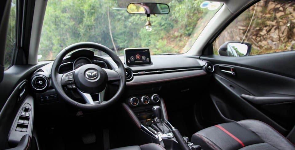 Mazda 2 2015 sở hữu không gian nội thất hiện đại, khác biệt.