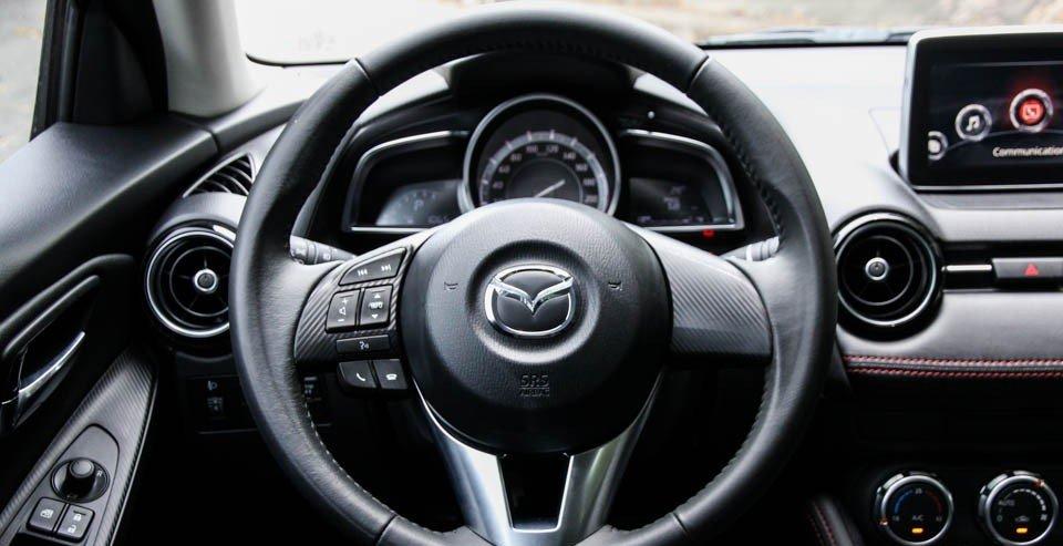 Vô-lăng của Mazda 2 2015 có tích hợp nhiều phím bấm chức năng.