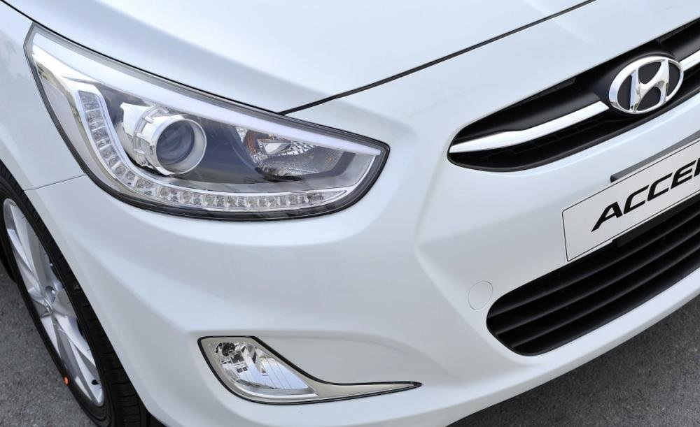 Đánh giá xe Hyundai Accent Blue 2015 có đèn pha hiện đại.