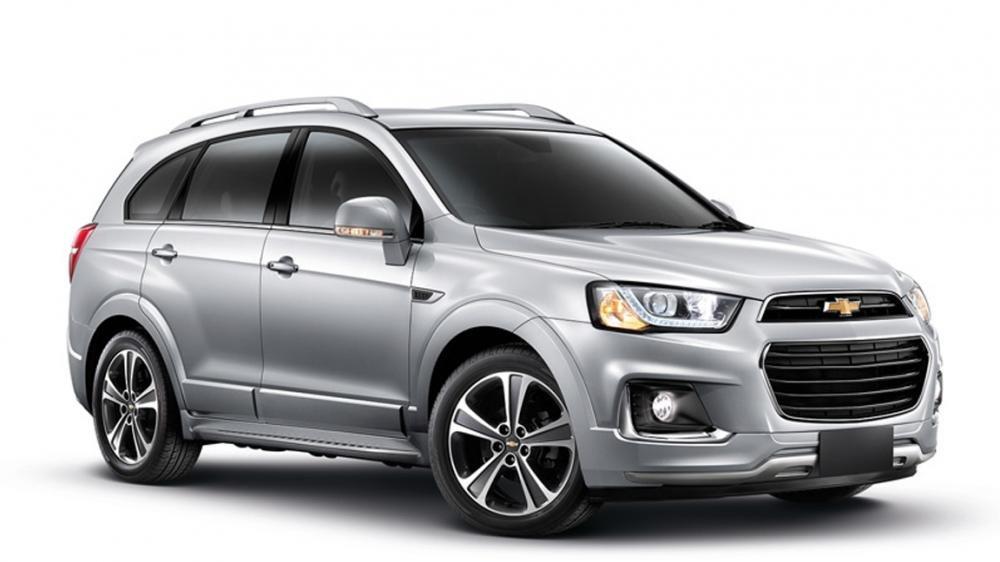So sánh ngoại thất Chevrolet Captiva Revv và Hyundai SantaFe 2016.