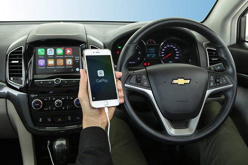 So sánh tiện nghi của Chevrolet Captiva Revv và Hyundai SantaFe 2016.