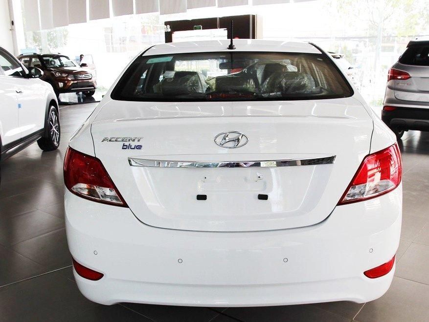 Đánh giá xe Hyundai Accent Blue 2015 có đuôi xe tương đối mềm mại.