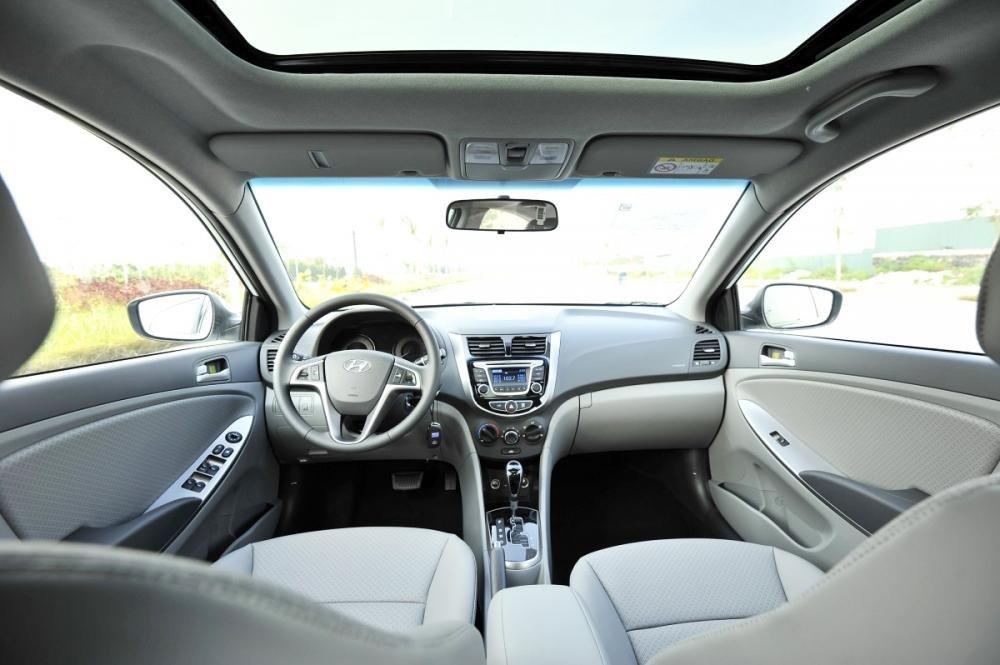 Đánh giá xe Hyundai Accent Blue 2015 có nội thất màu sắc trẻ trung.
