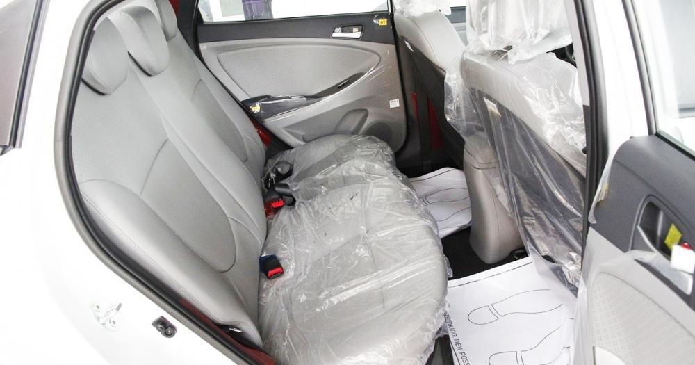 Đánh giá xe Hyundai Accent Blue 2015 hàng ghế sau vừa vặn cho 3 người.