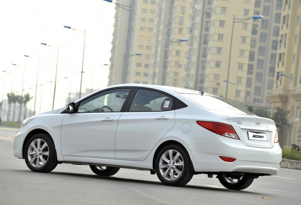 Đánh giá xe Hyundai Accent Blue 2015 có thân vỏ khá chắc chắn.