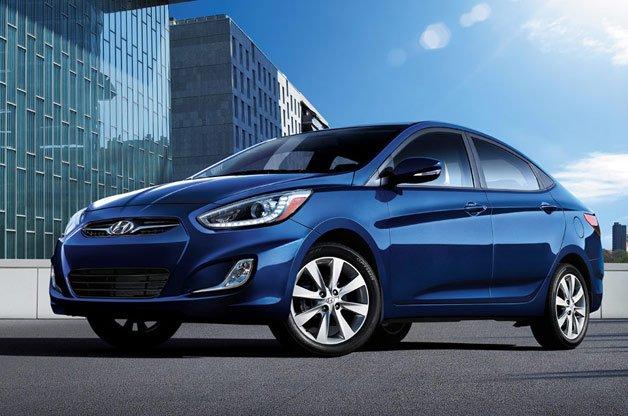 Đánh giá xe Hyundai Accent Blue 2015 có đường gân nổi khá rõ trên thân xe.