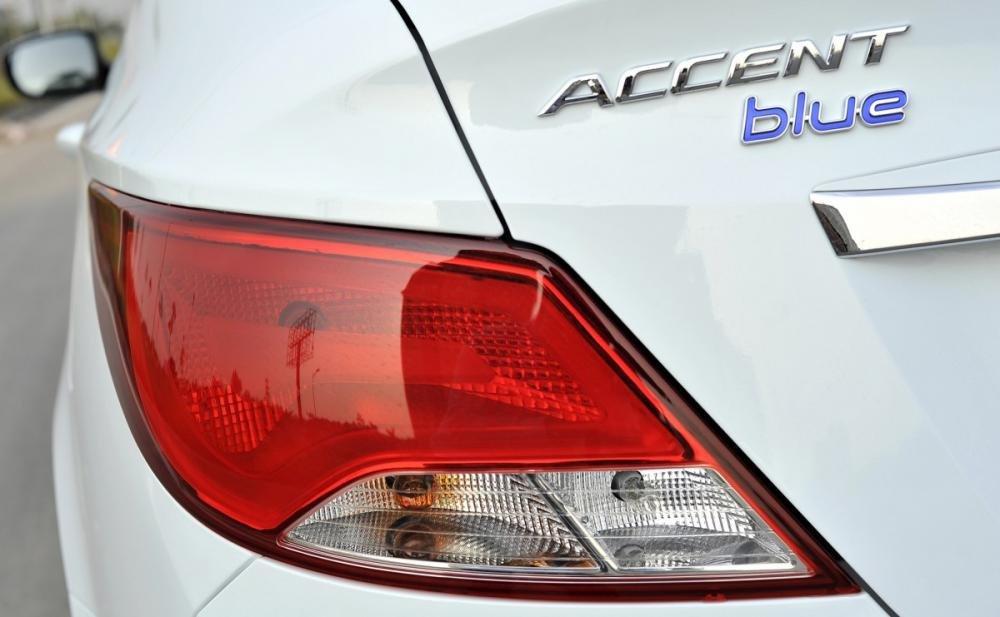 Đánh giá xe Hyundai Accent Blue 2015 có đèn hậu vuốt cong đặc trưng.