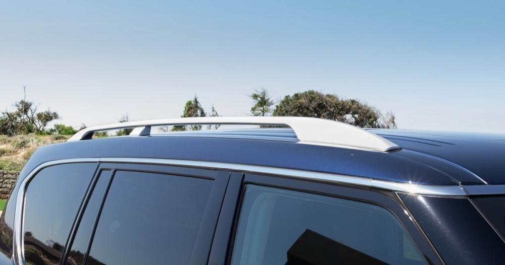 Đánh giá xe Infiniti QX80 2015 có giá treo trên nóc tiện dụng.